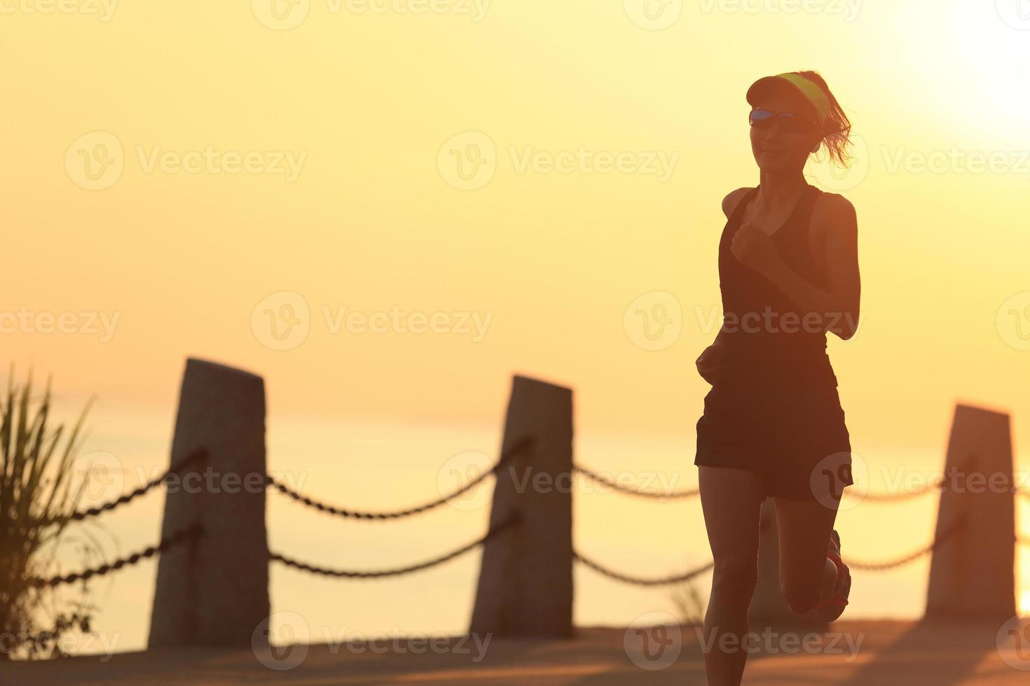 Läufer Athlet läuft am Meer Road.Vintage Effekt foto