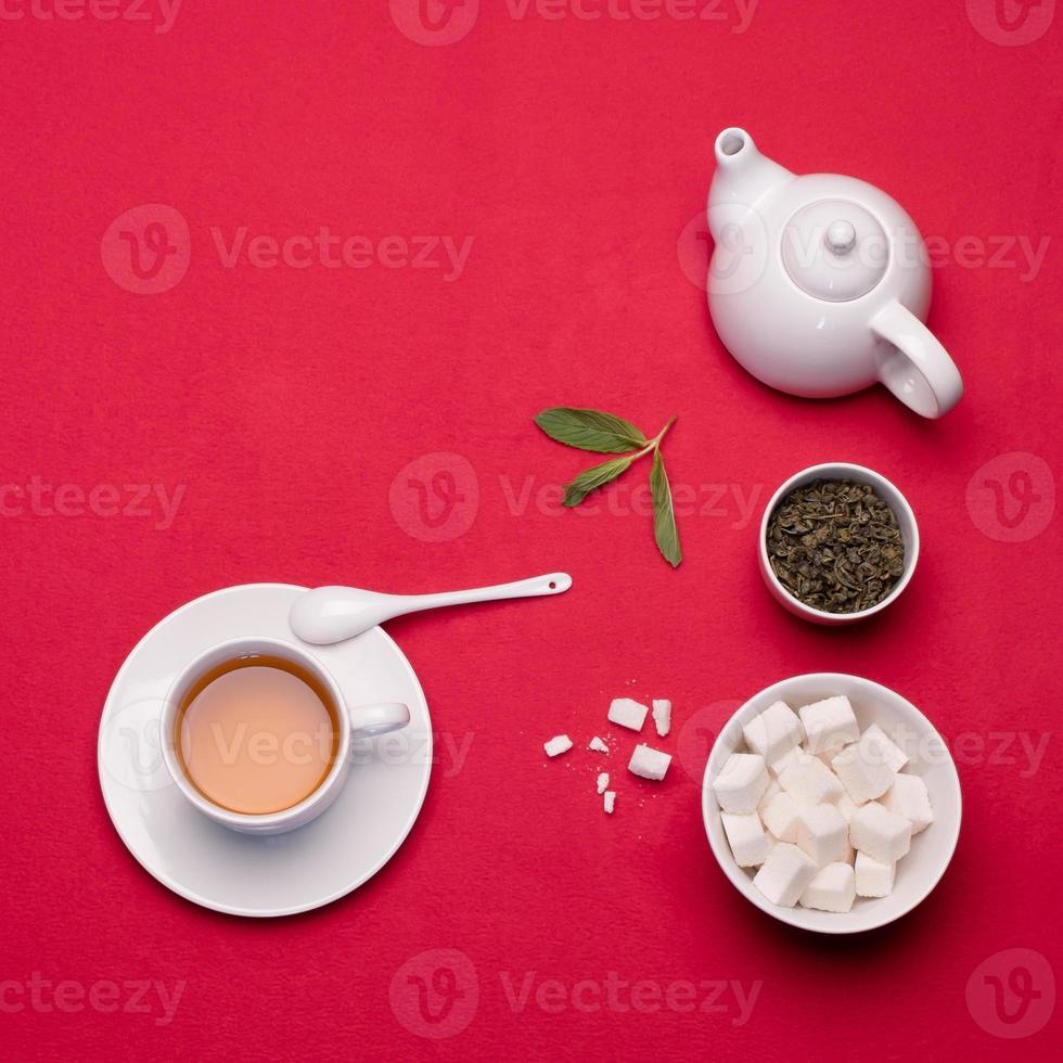 grüner Tee auf roter Tischdecke. foto