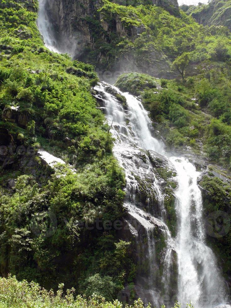 Der große Himalaya-Wasserfall verursacht Nebel in einem Wald foto