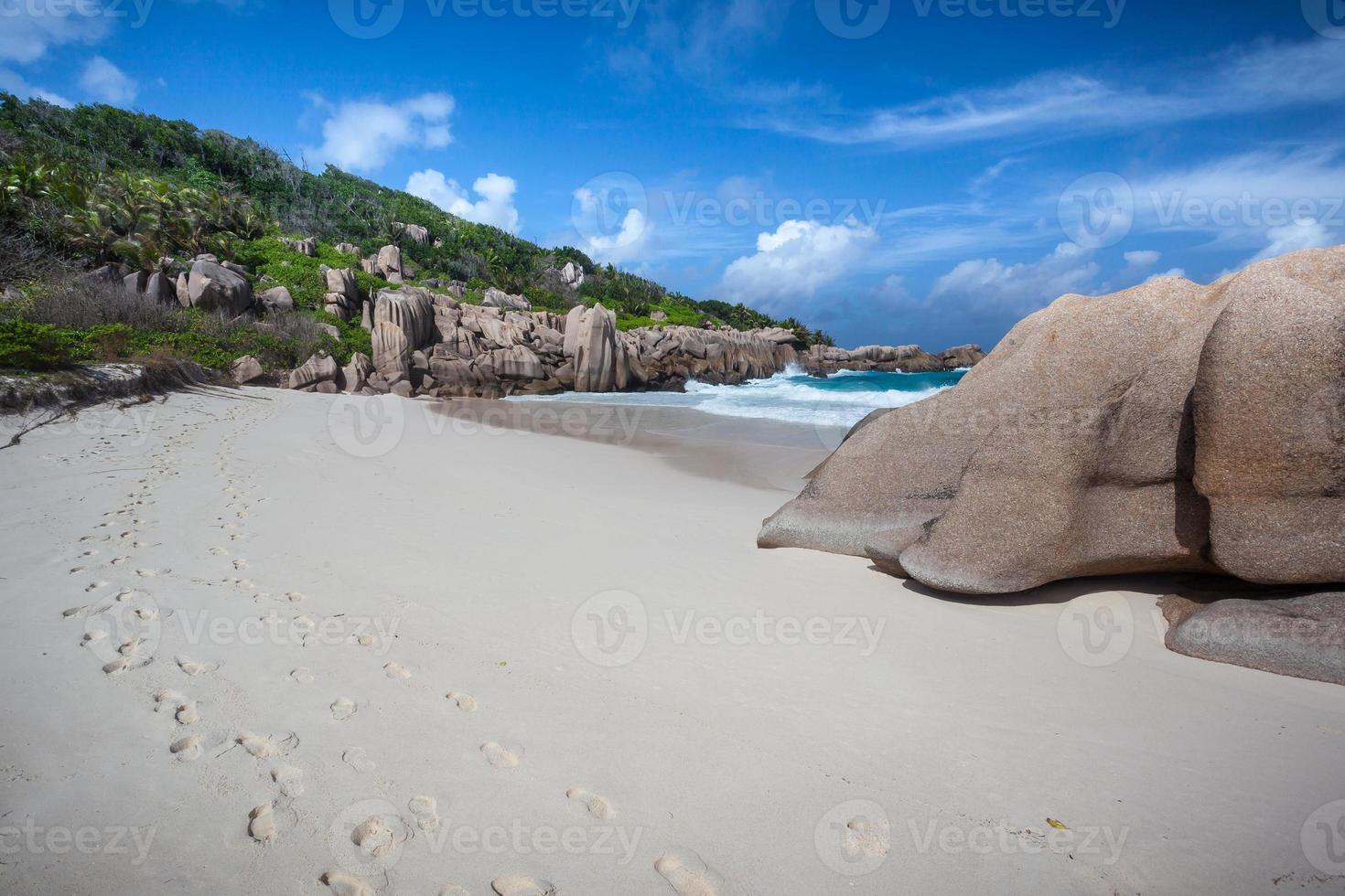Fußspuren im Sand eines einsamen Strandes foto