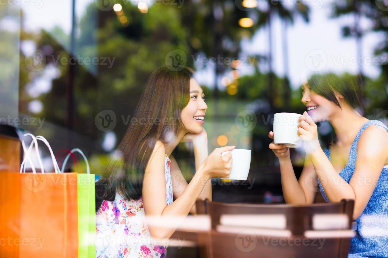zwei junge Frau, die in einem Café plaudert foto