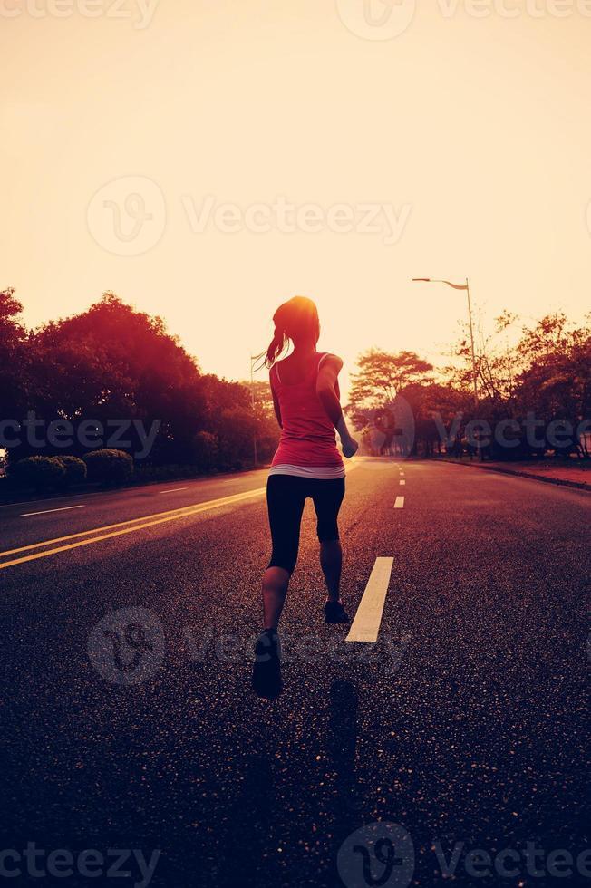 Fitness-Sportfrau des gesunden Lebensstils, die auf Straße läuft. foto