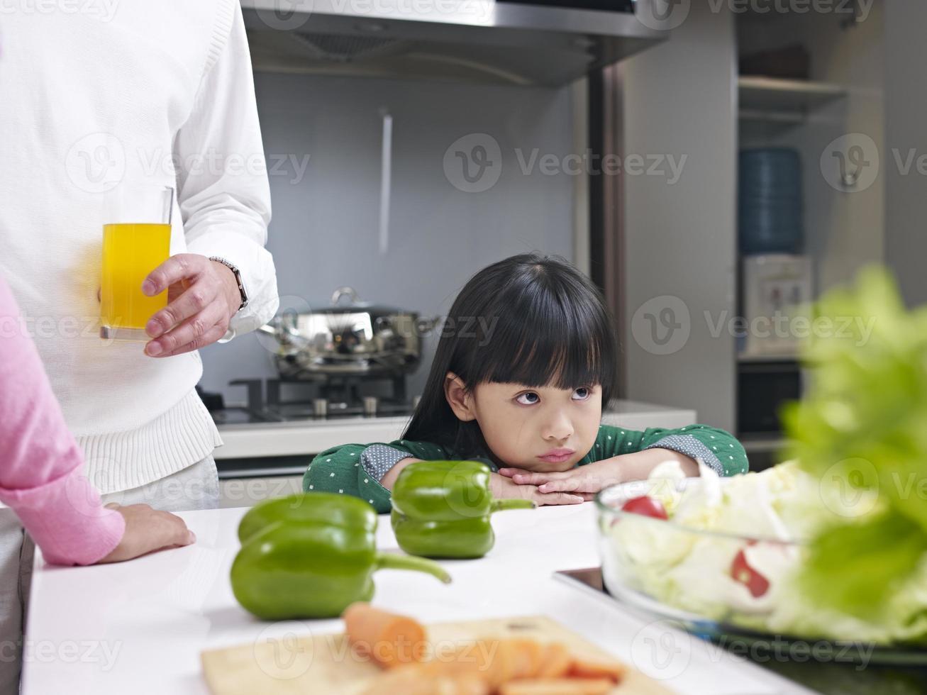 kleines Mädchen in der Küche foto