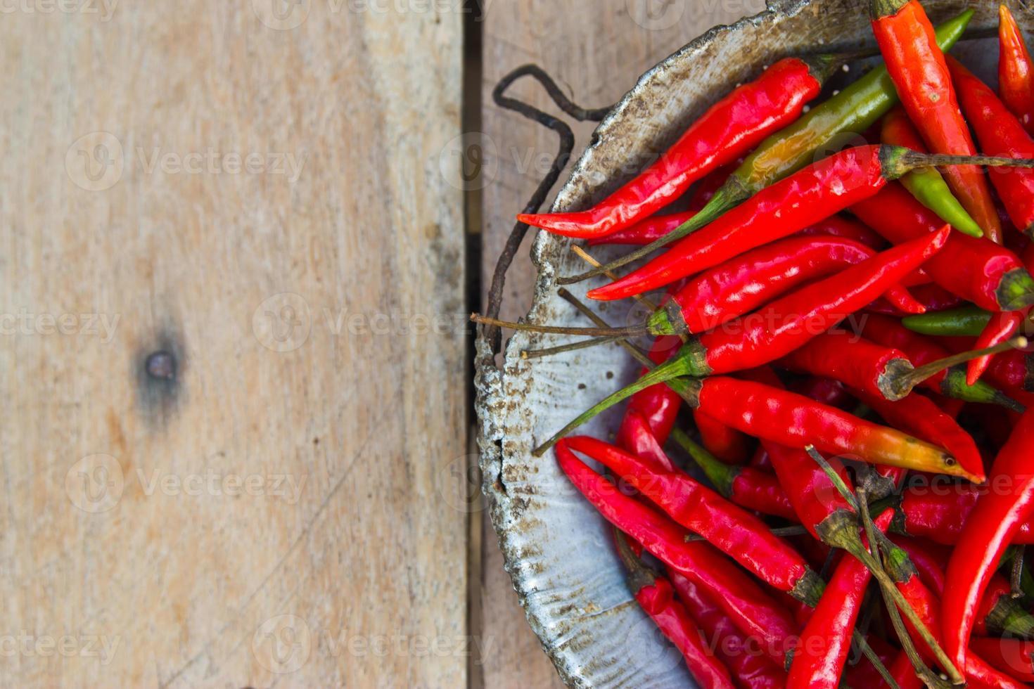 roter Chili-Pfeffer auf grauem Marmortisch. foto