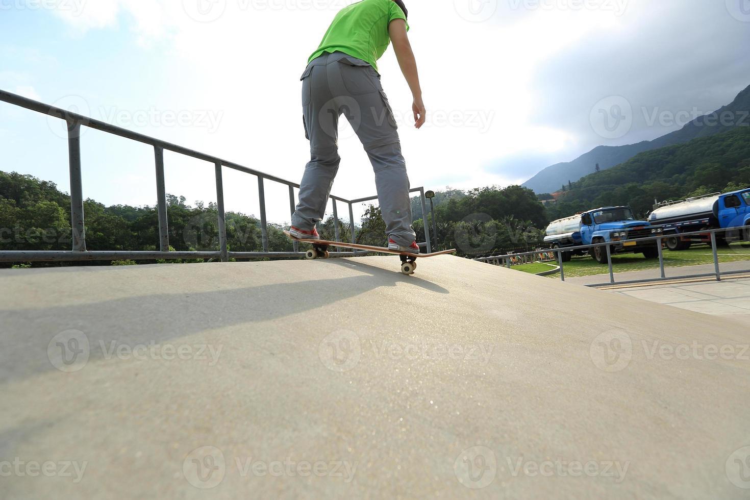 Skateboarding im Skatepark foto