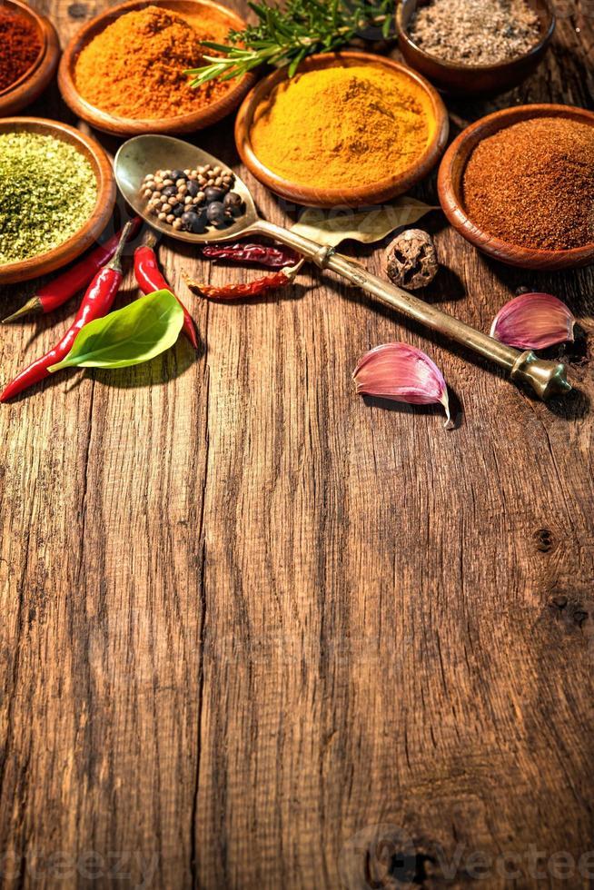 Kräuter und Gewürze auf Holztisch foto