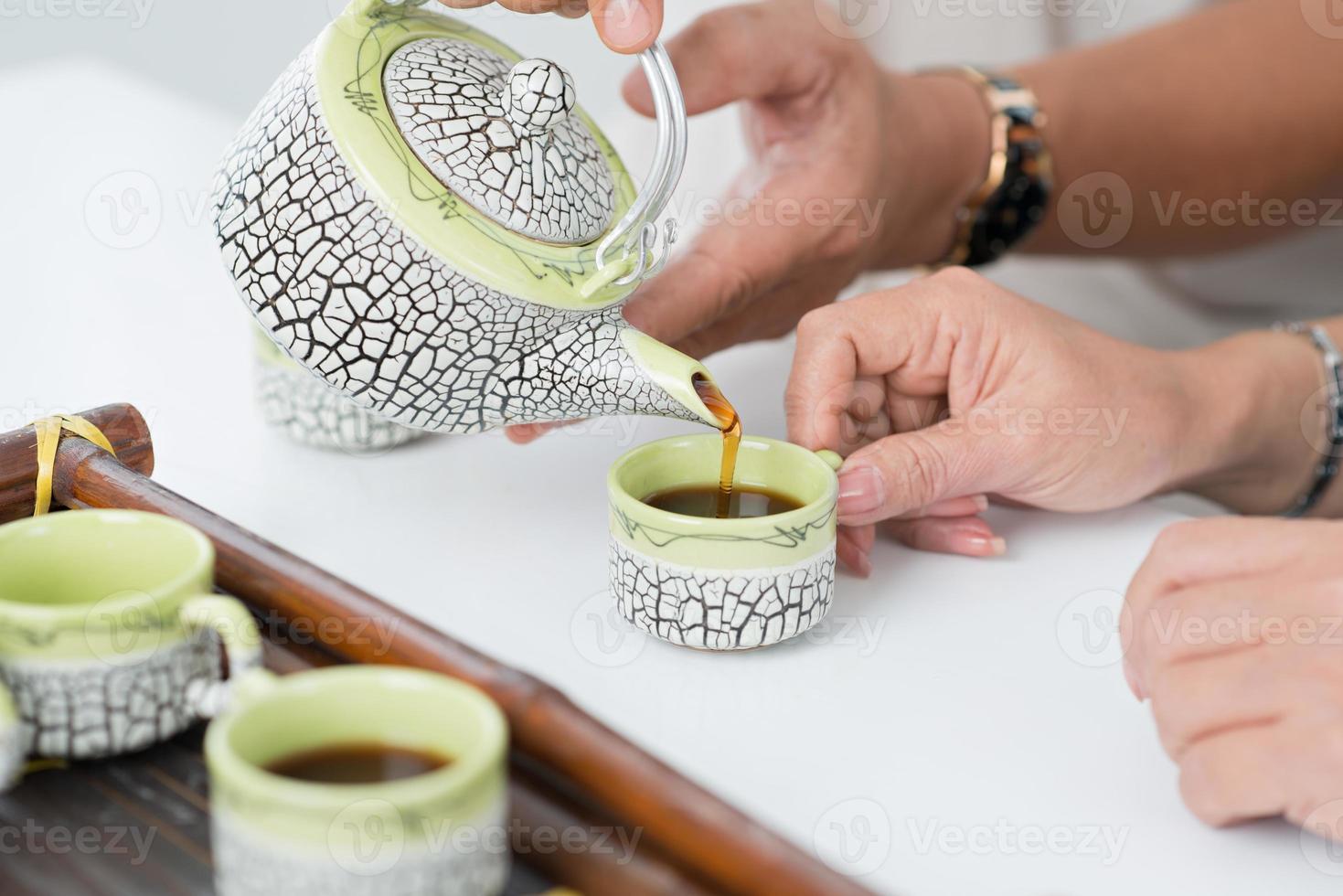 Tee einschenken foto