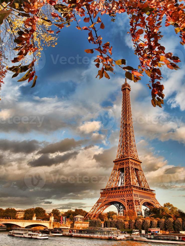 Eiffelturm mit Booten auf Seine in Paris, Frankreich foto