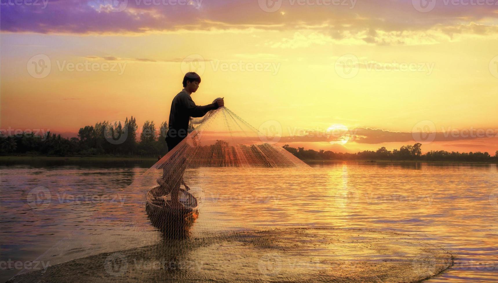 Fischer des Sees in Aktion beim Angeln foto