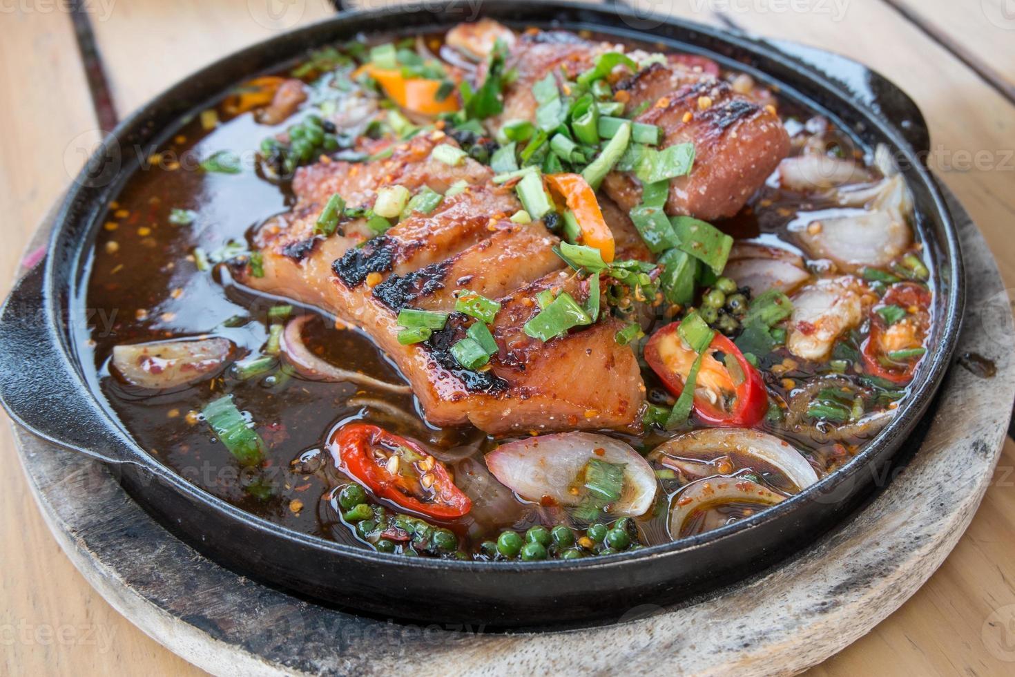 Thai würziges gegrilltes Schweinefleisch auf Kochplatte foto