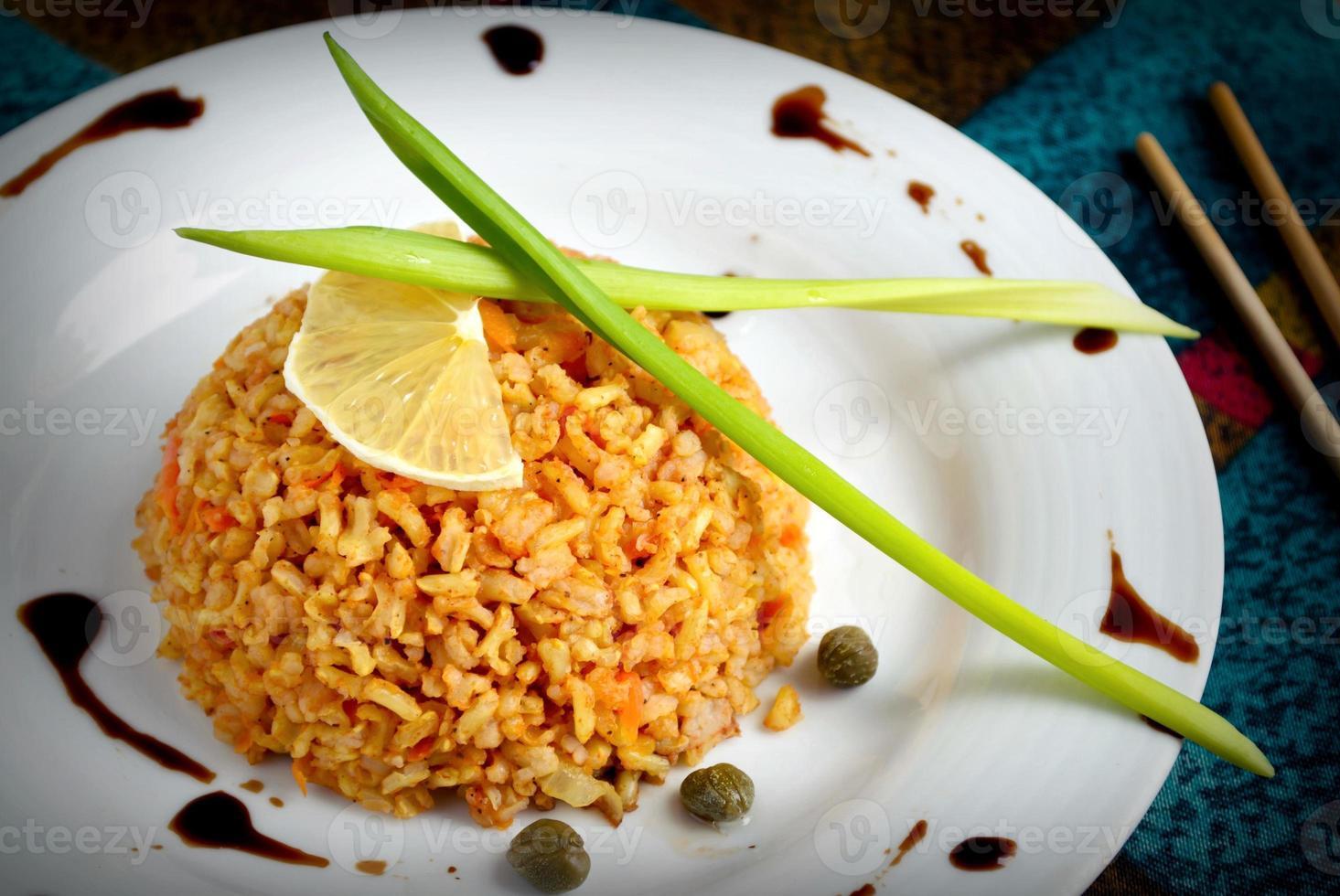 brauner Reis mit Kapern, Zitrone, Schnittlauch und Balsamico-Essig foto