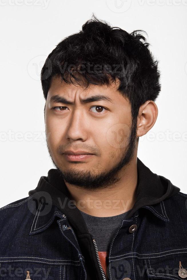 Porträt des jungen erwachsenen asiatischen Mannes foto