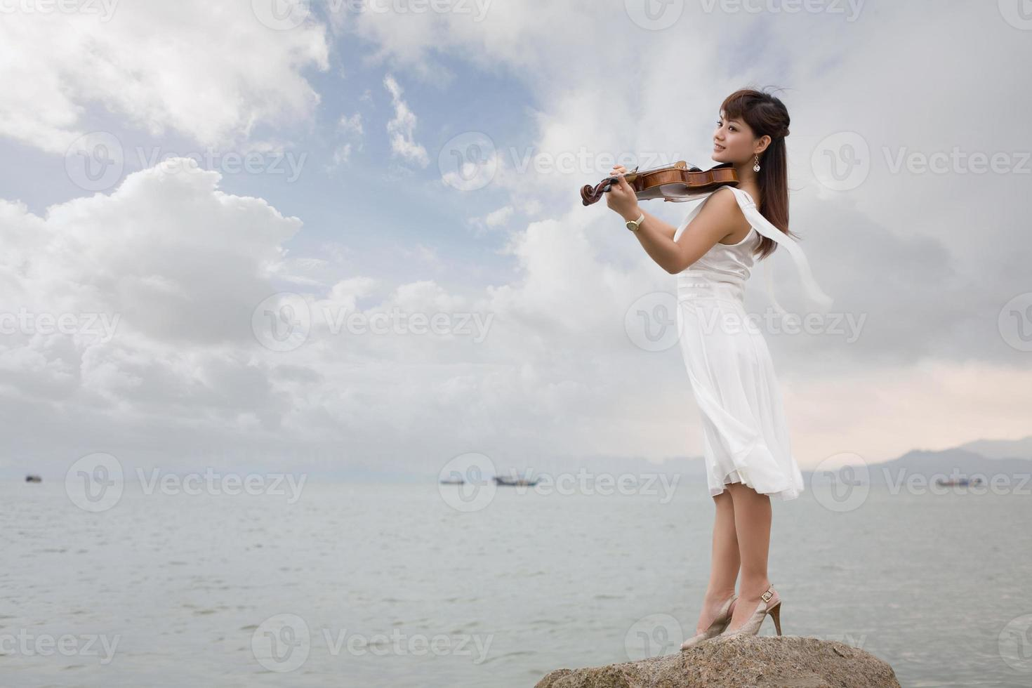 Frau spielt Geige foto