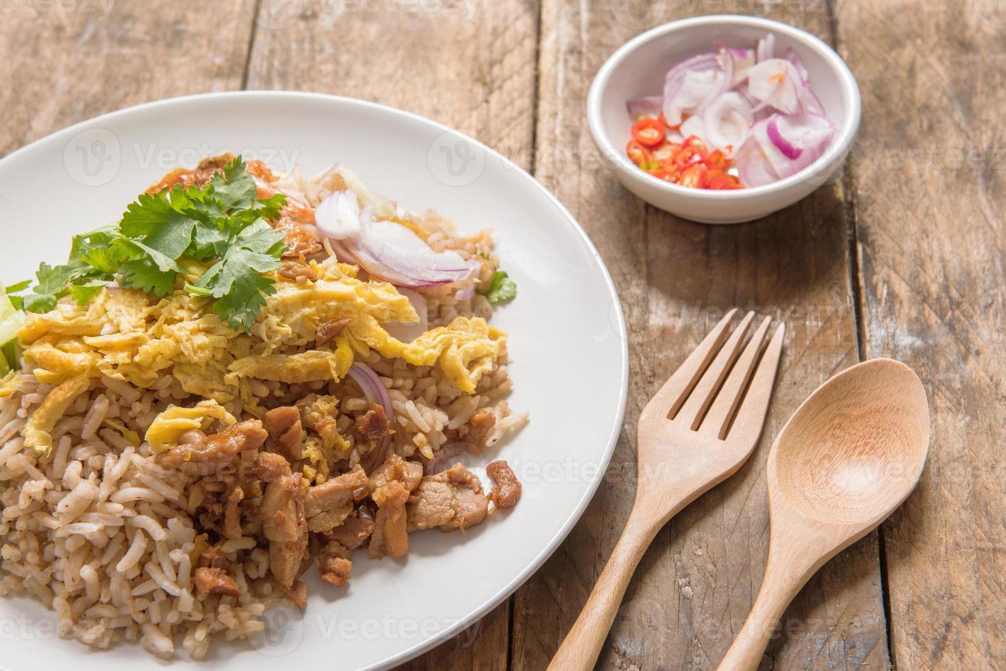 Reis gemischt mit Garnelenpaste, thailändische Art foto
