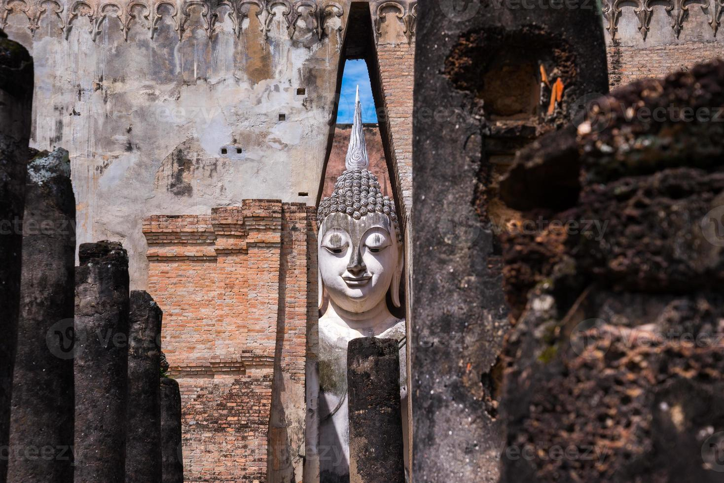 Buddha-Statue in der quadratischen Halle foto