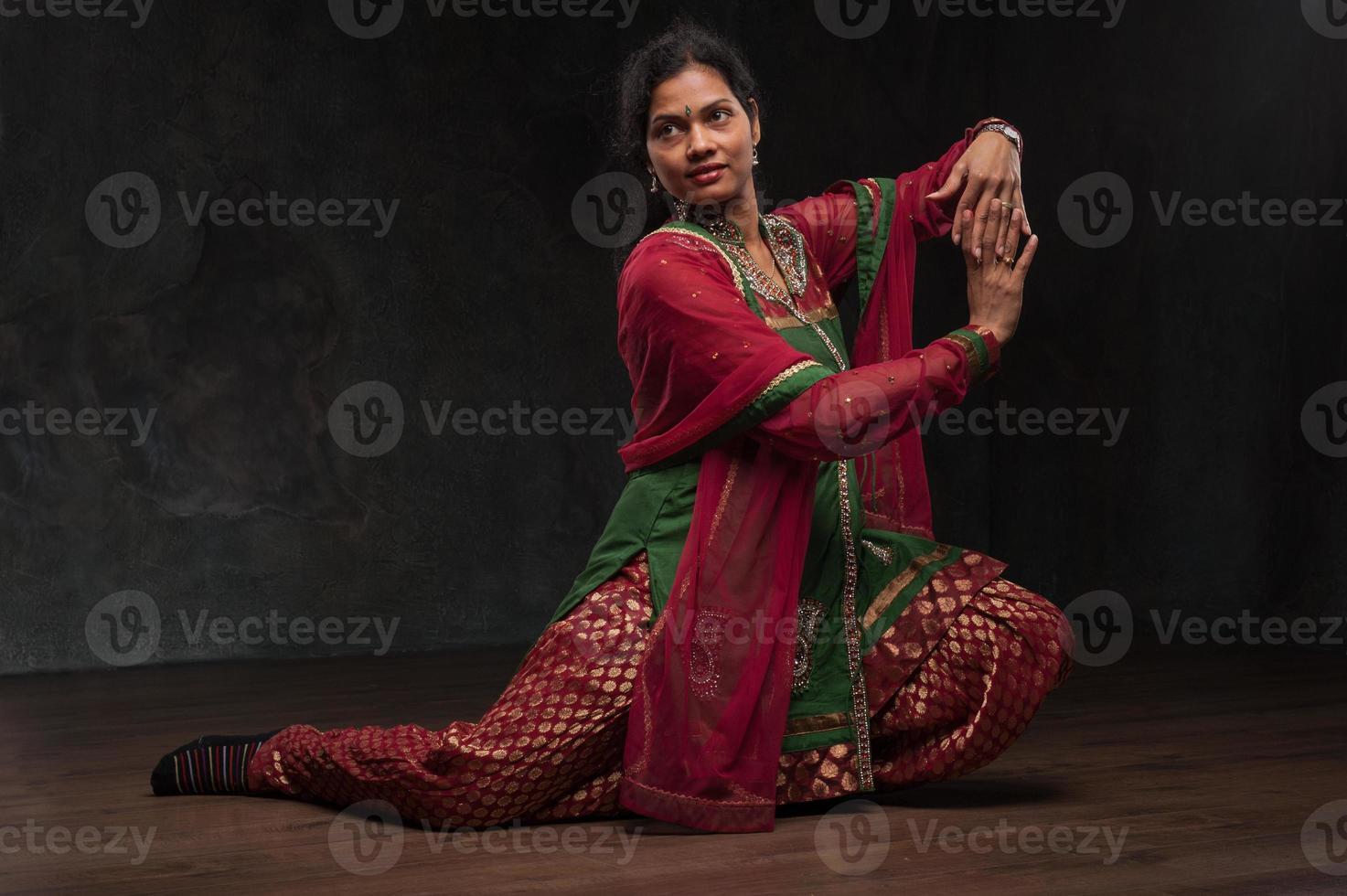 hübsche Frau in traditioneller Tracht foto