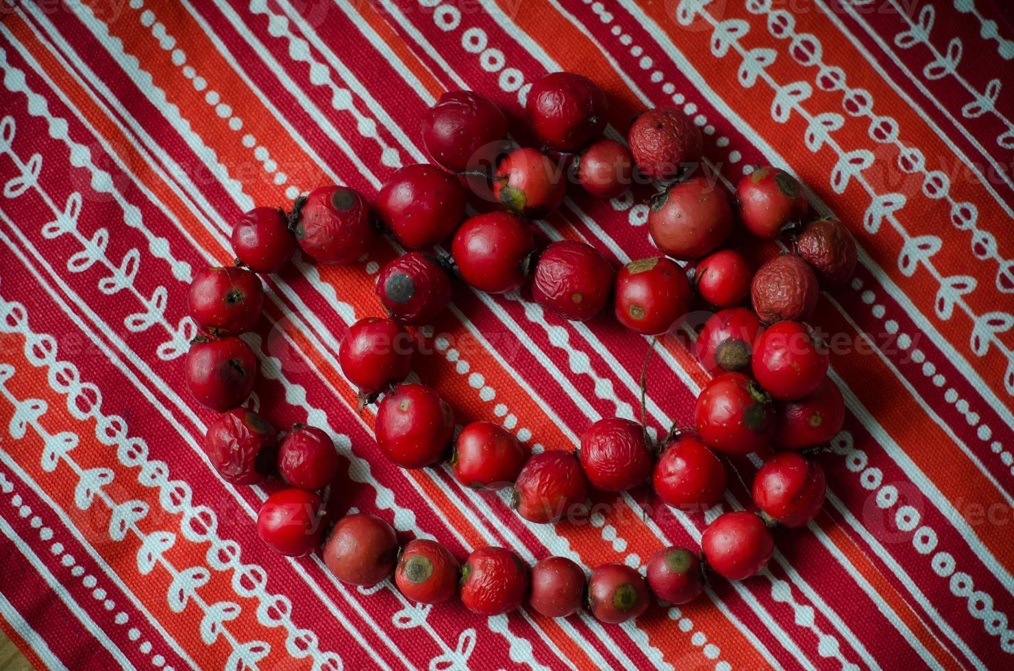 rote Perlen aus Hunderosenbeeren foto