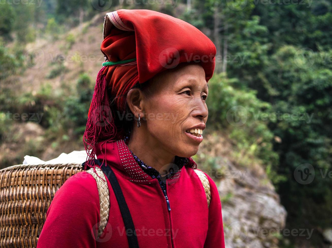 rote Dao Frau, die traditionellen Kopfschmuck, Sapa, Lao Cai, Vietnam trägt foto