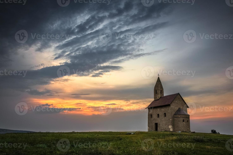 alte römische Kirche bei Sonnenuntergang in drazovce, Slowakei foto