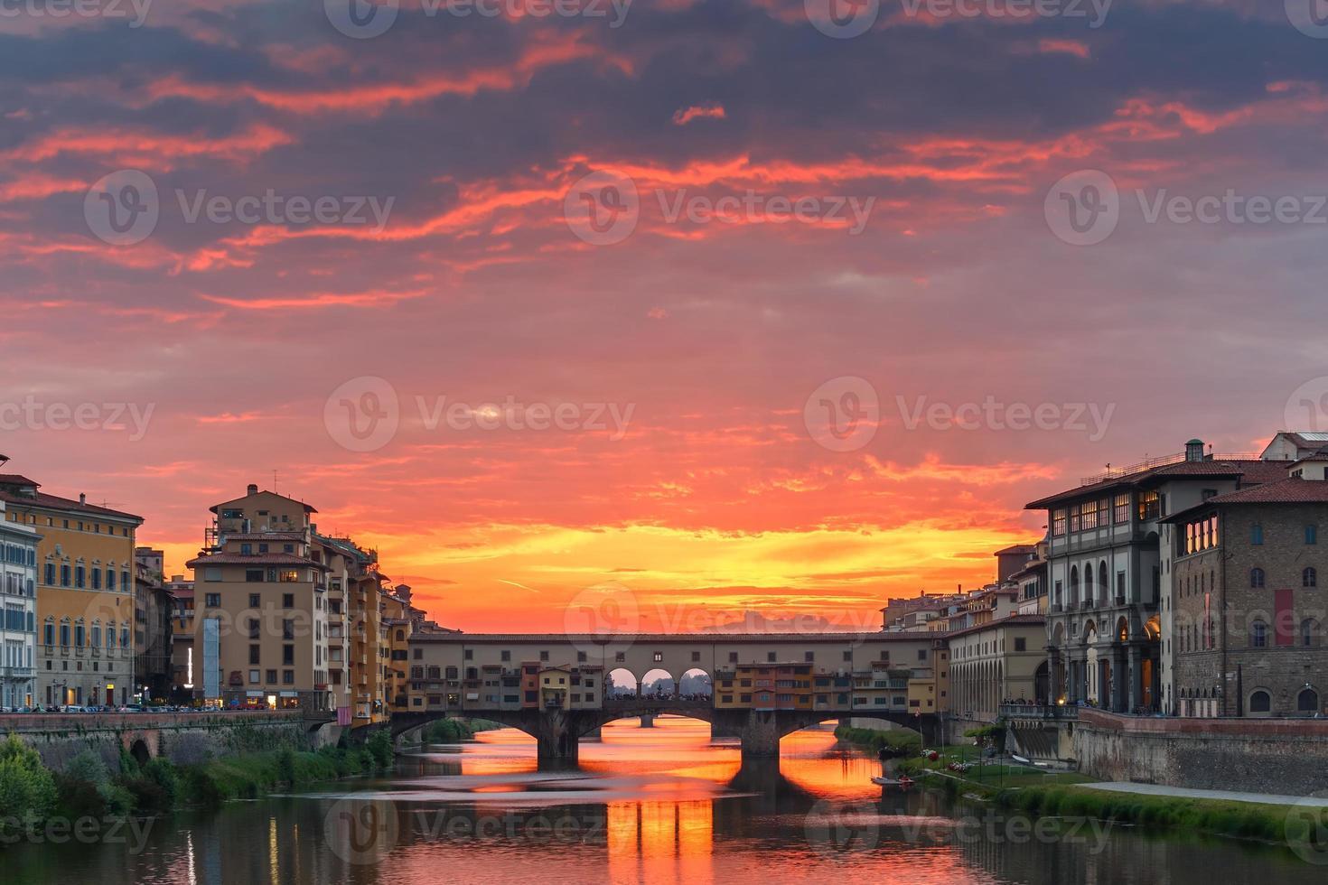 Arno und Ponte Vecchio bei Sonnenuntergang, Florenz, Italien foto