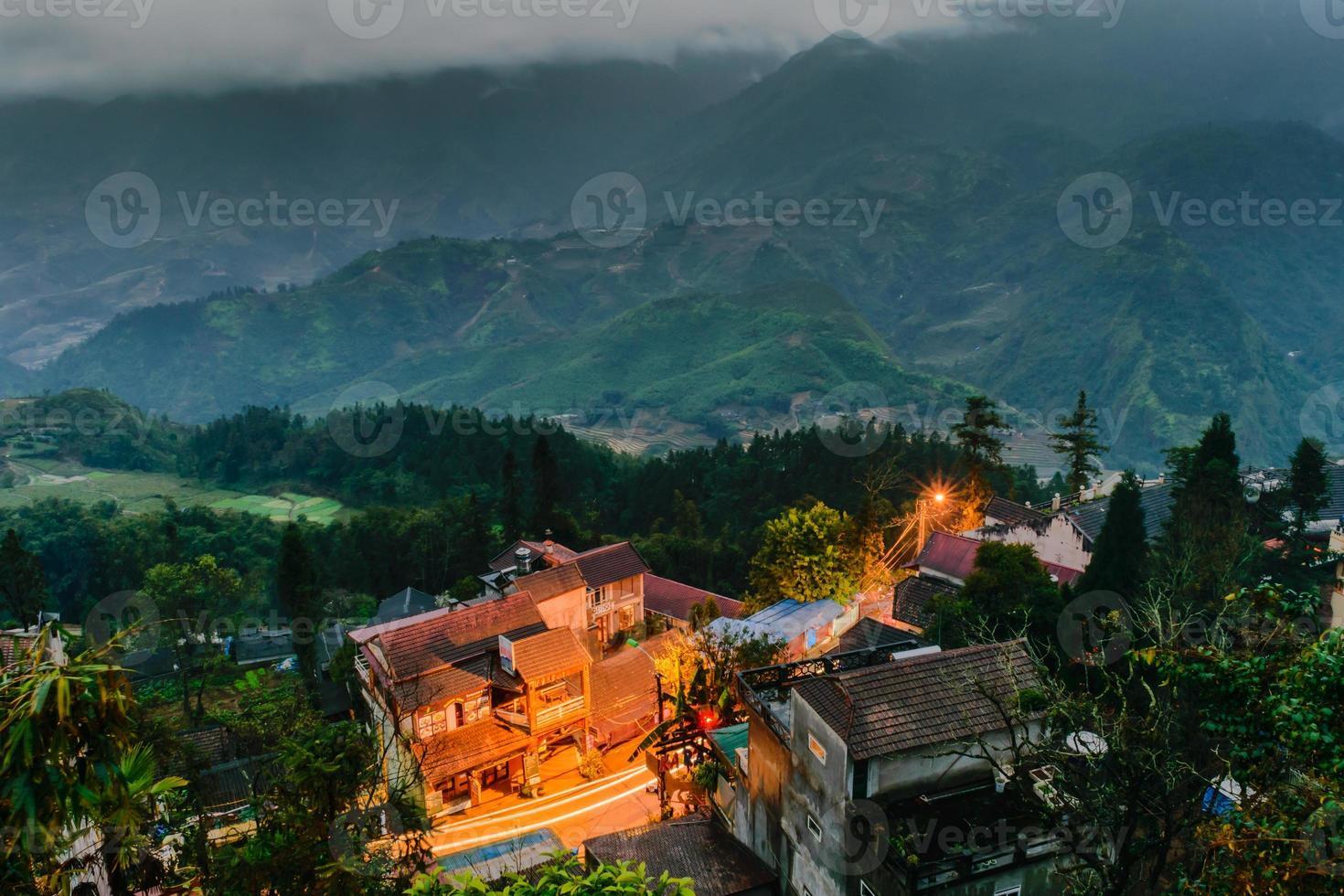 Blick auf Fansipan Mount am Abend, Sapa, Vietnam foto