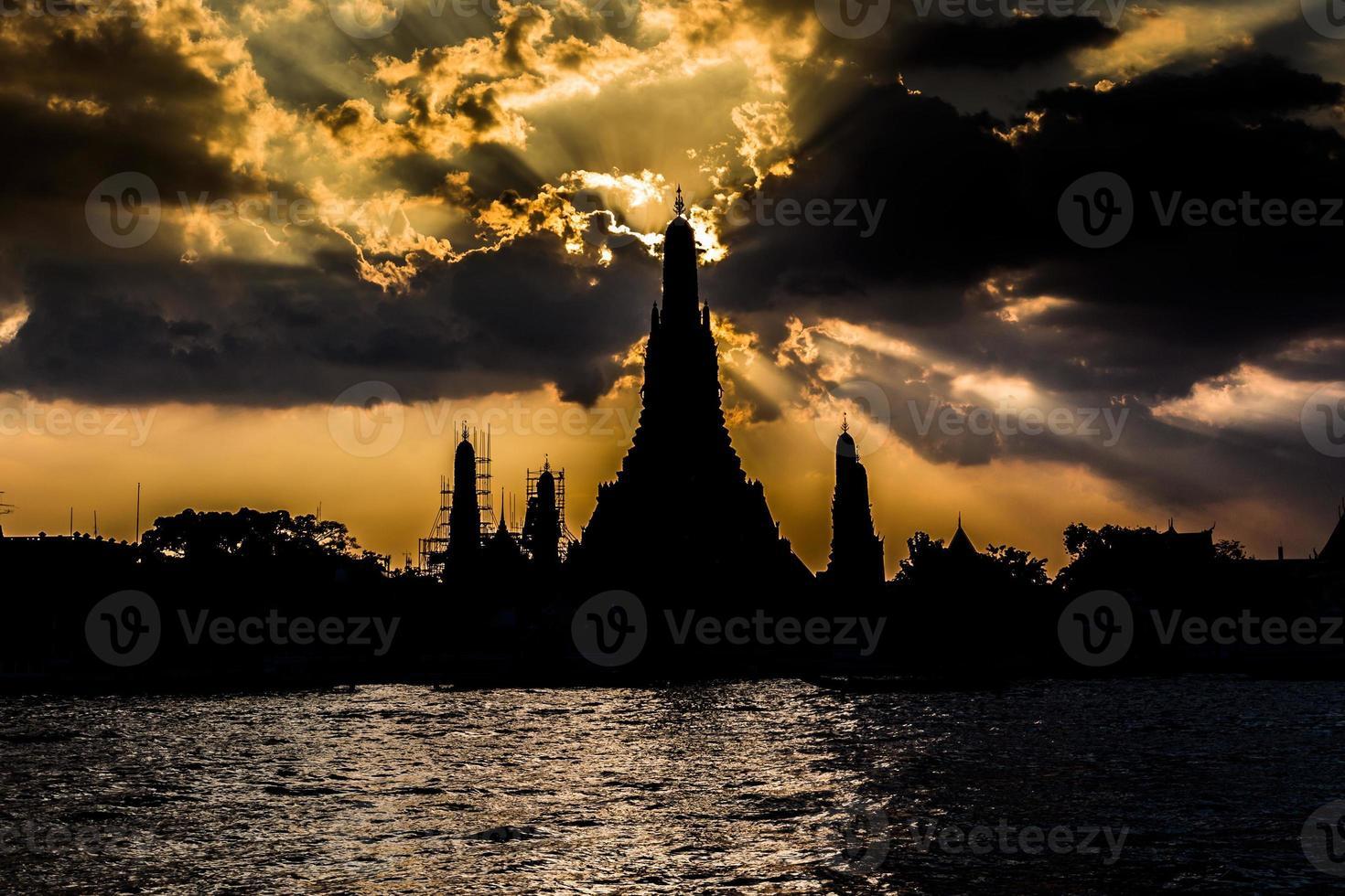 Silhouette von Wat Arun, Sonnenuntergang über Fluss. foto