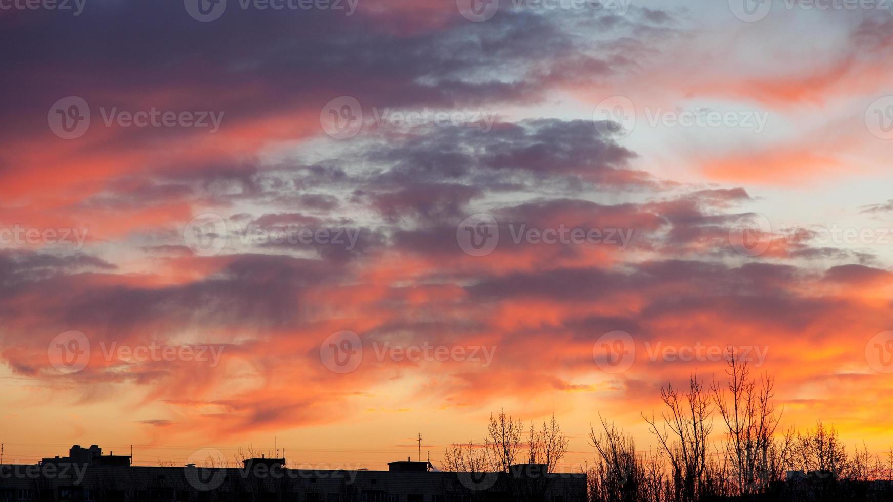 Morgenhimmel in der Stadt foto