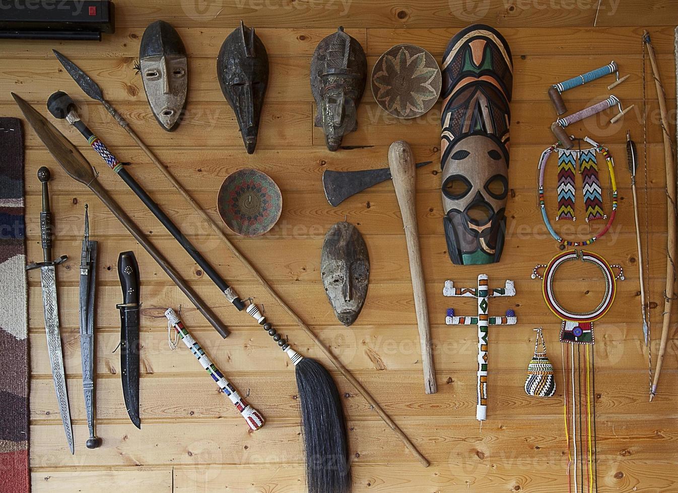 einheimische afrikanische Stammeskunst und Waffen foto