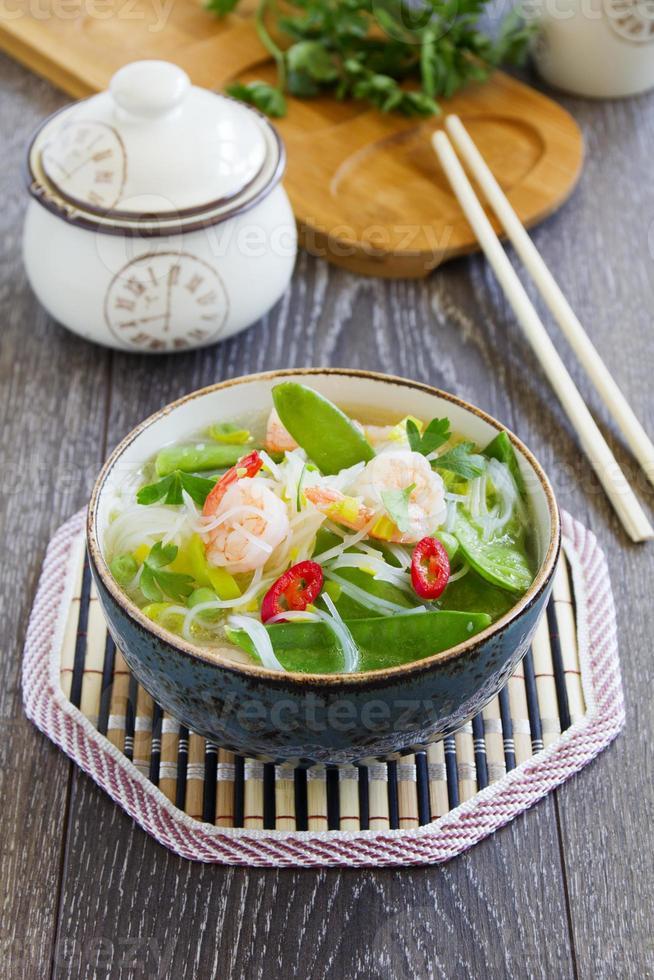 asiatische Suppe mit Garnelen und Gemüse. foto