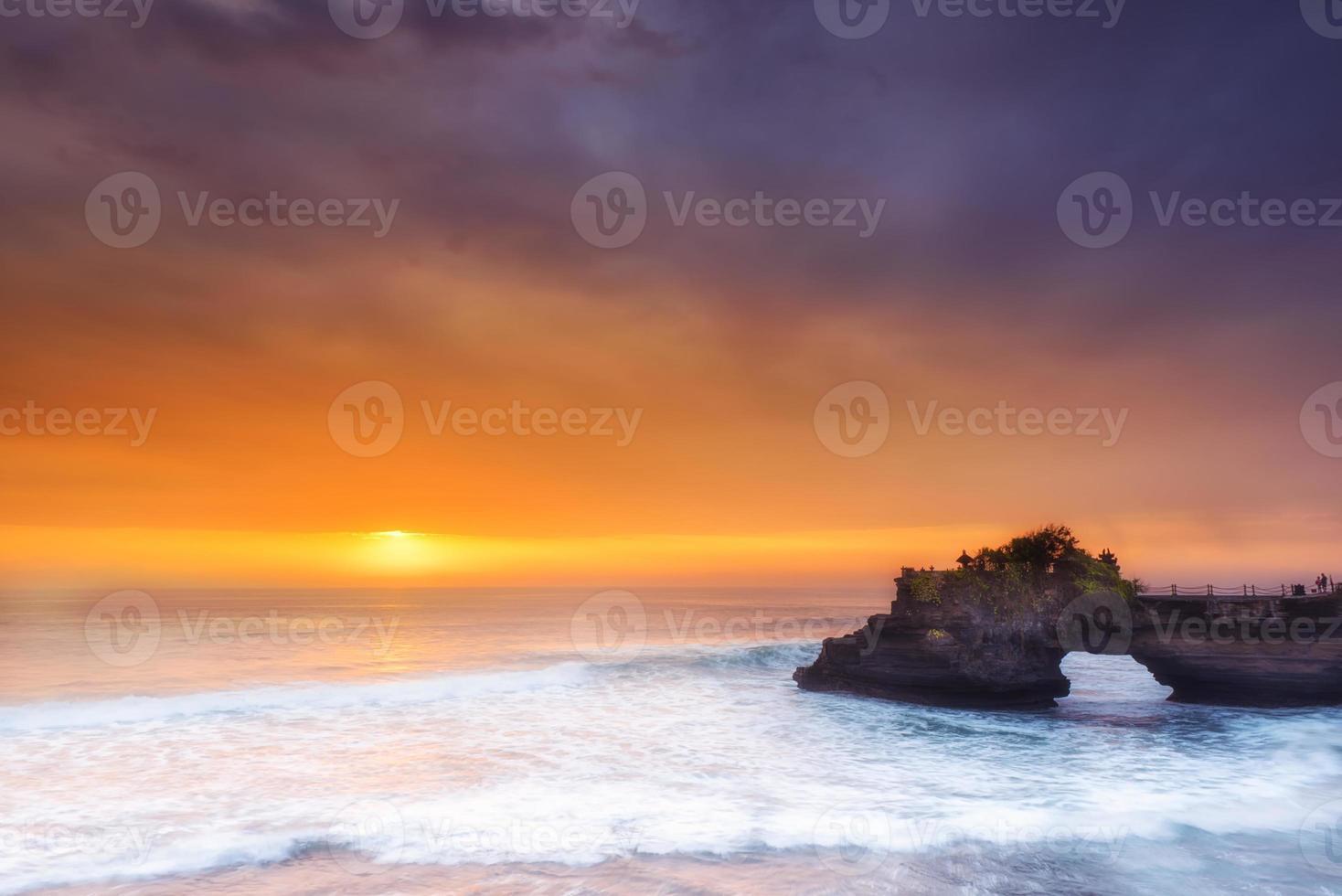 Hindu Tempel Pura Tanah viel und Sonnenuntergang Bali, Indonesien. foto