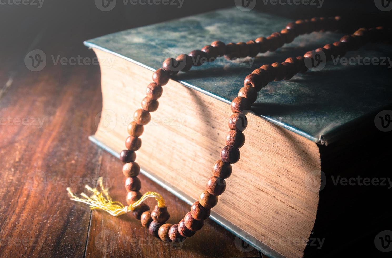 Weinlese gefiltert von Halskette auf Buch, Religionshintergrund. foto