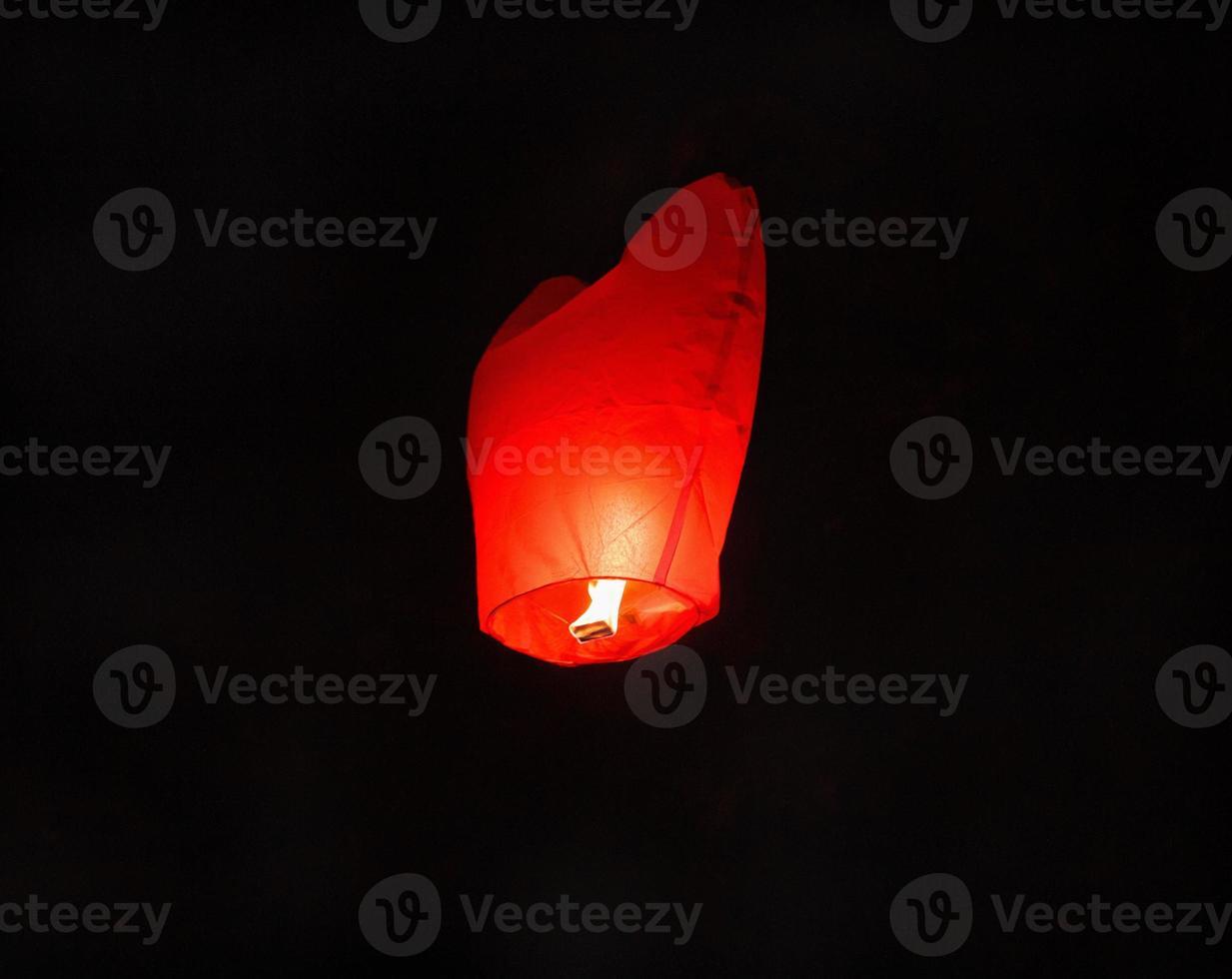 brennende rote Himmelslampe foto
