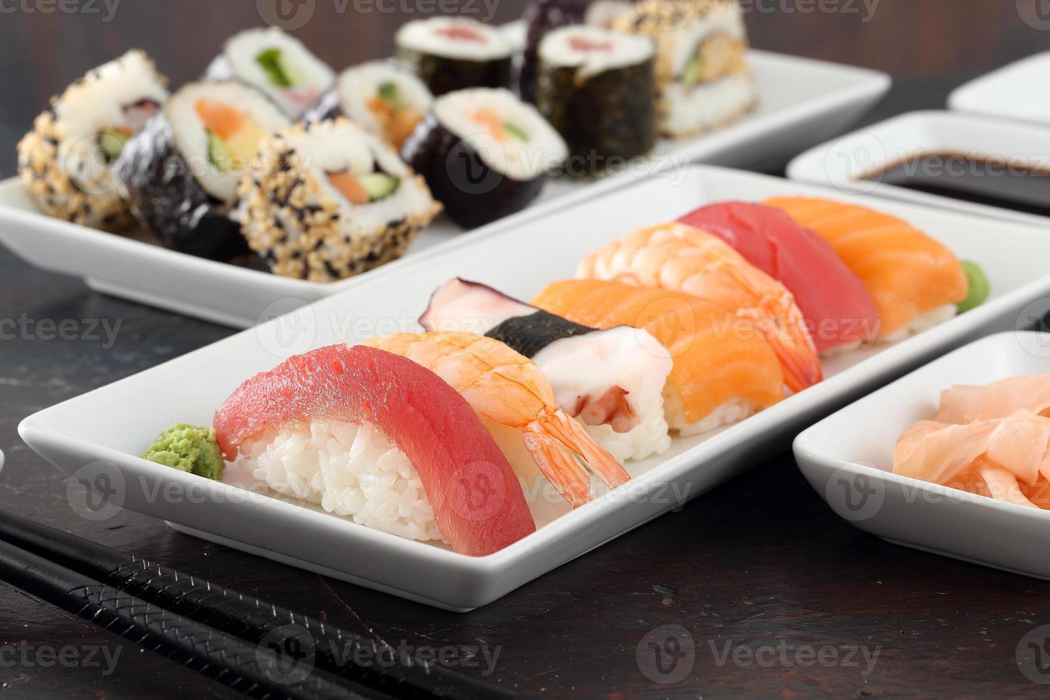 grauer Hintergrund des Sushi sortiert foto