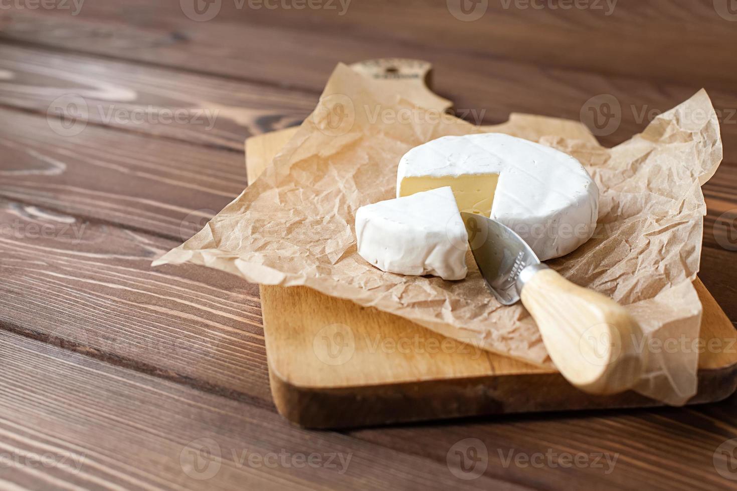 Stück Camembert mit Messer foto