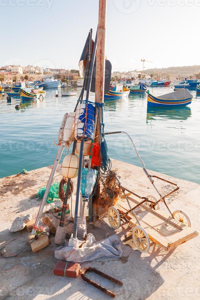 bunte typische Boote in Marsaxlokk, Malta. foto
