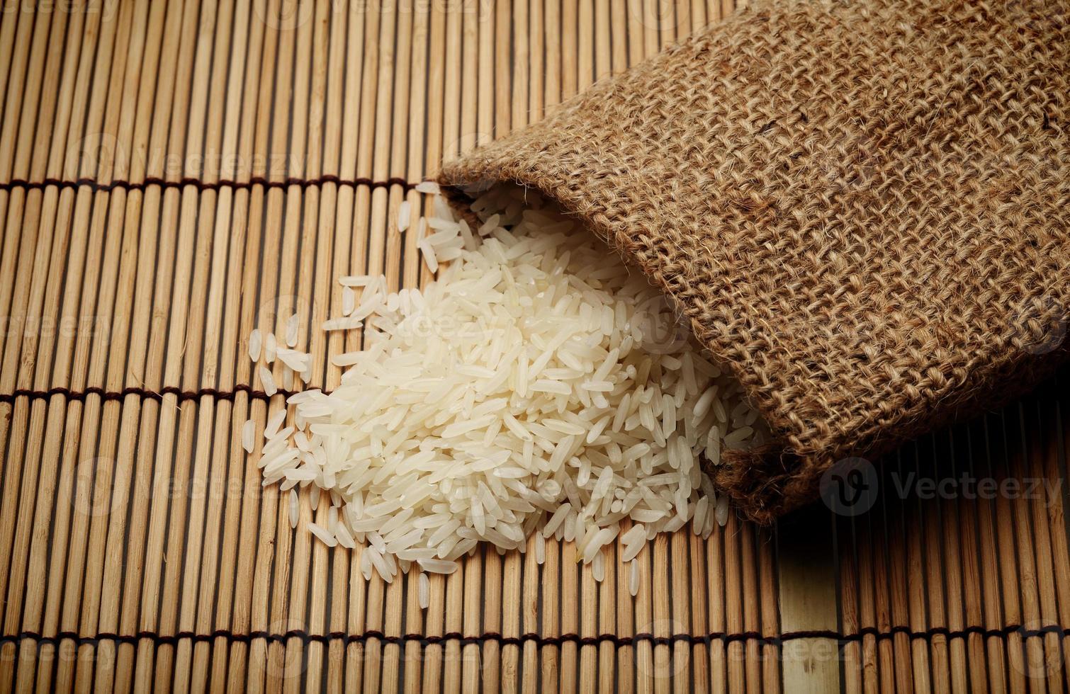 weißer ungekochter Reis in kleinem Sack foto
