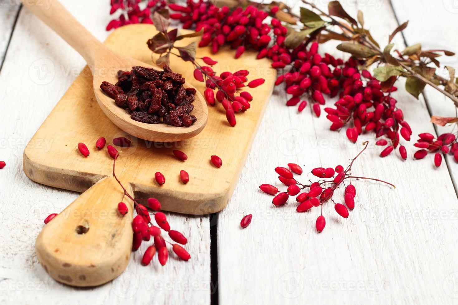 Goji-Beeren in einem Löffel mit Berberitze foto