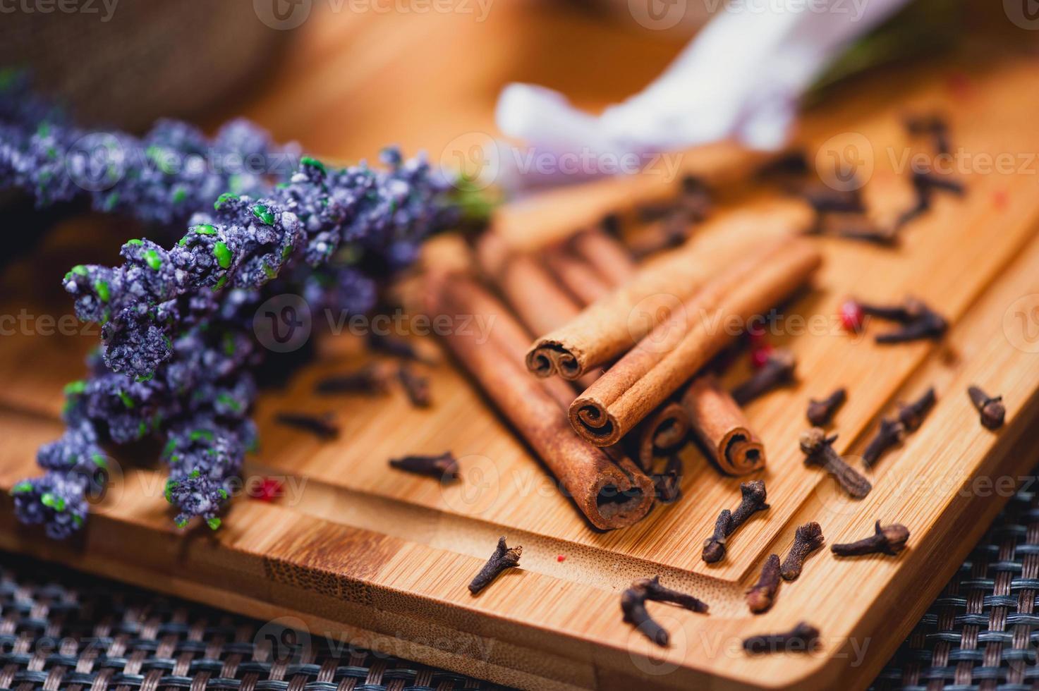 aromatische Zimtstangen und Lavendel Nahaufnahme foto