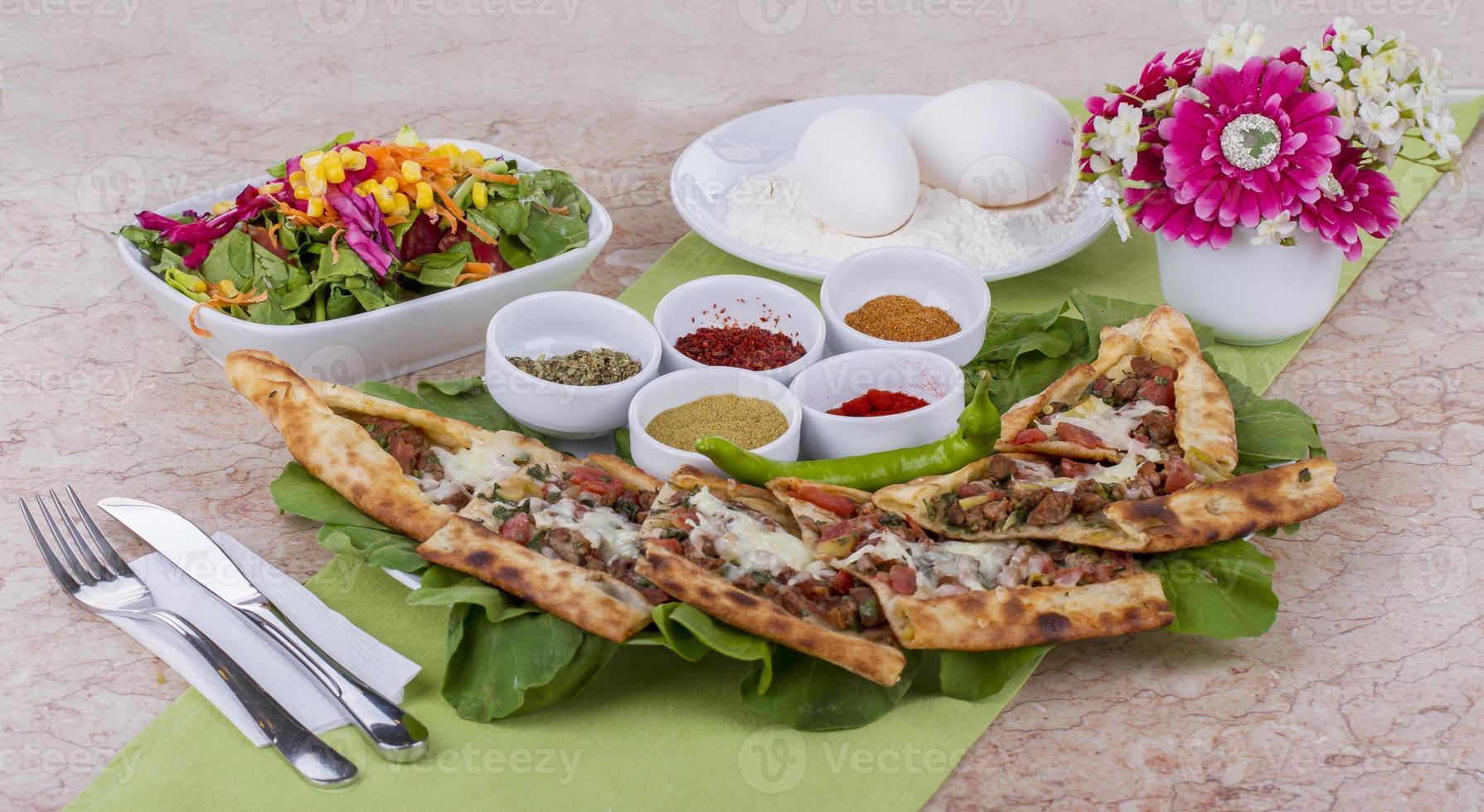 türkische traditionelle Rindfleischpide foto