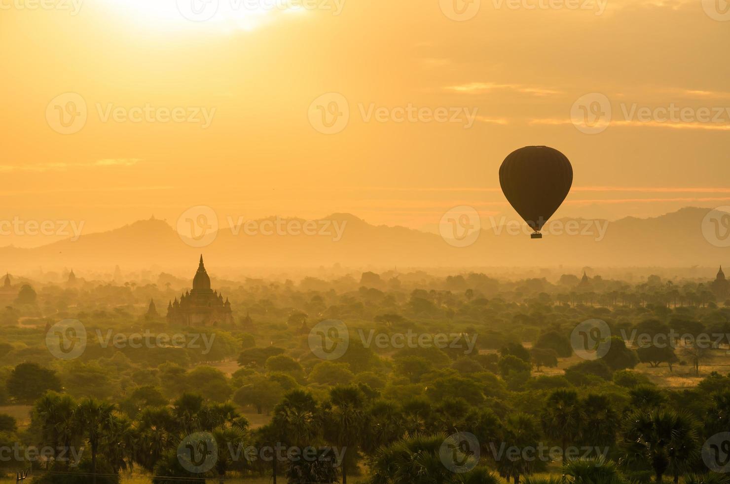 die alten Tempel von Bagan (heidnisch) mit aufsteigendem Ballon foto