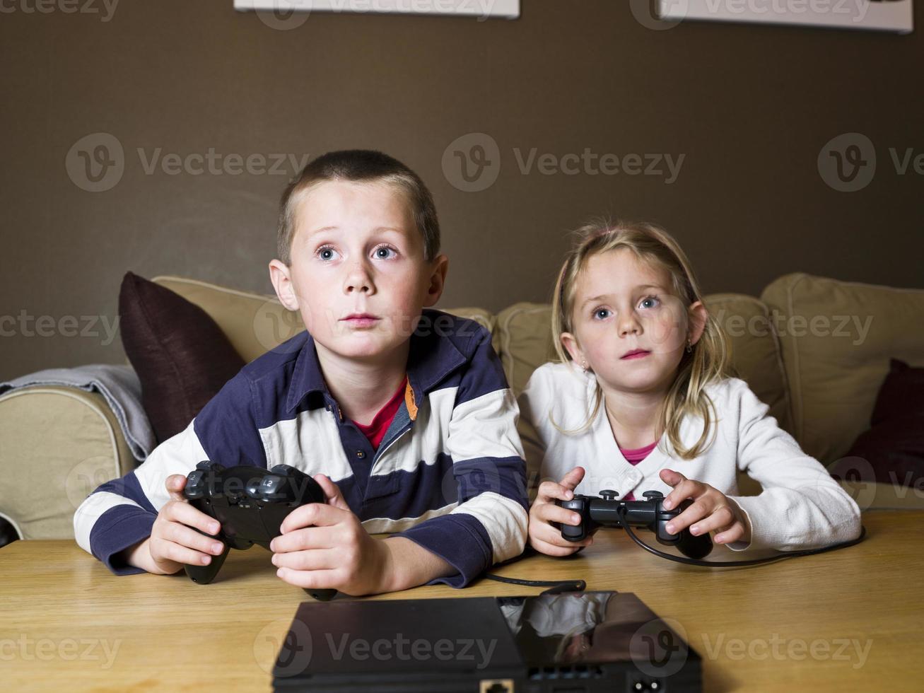 Geschwister spielen Videospiele foto