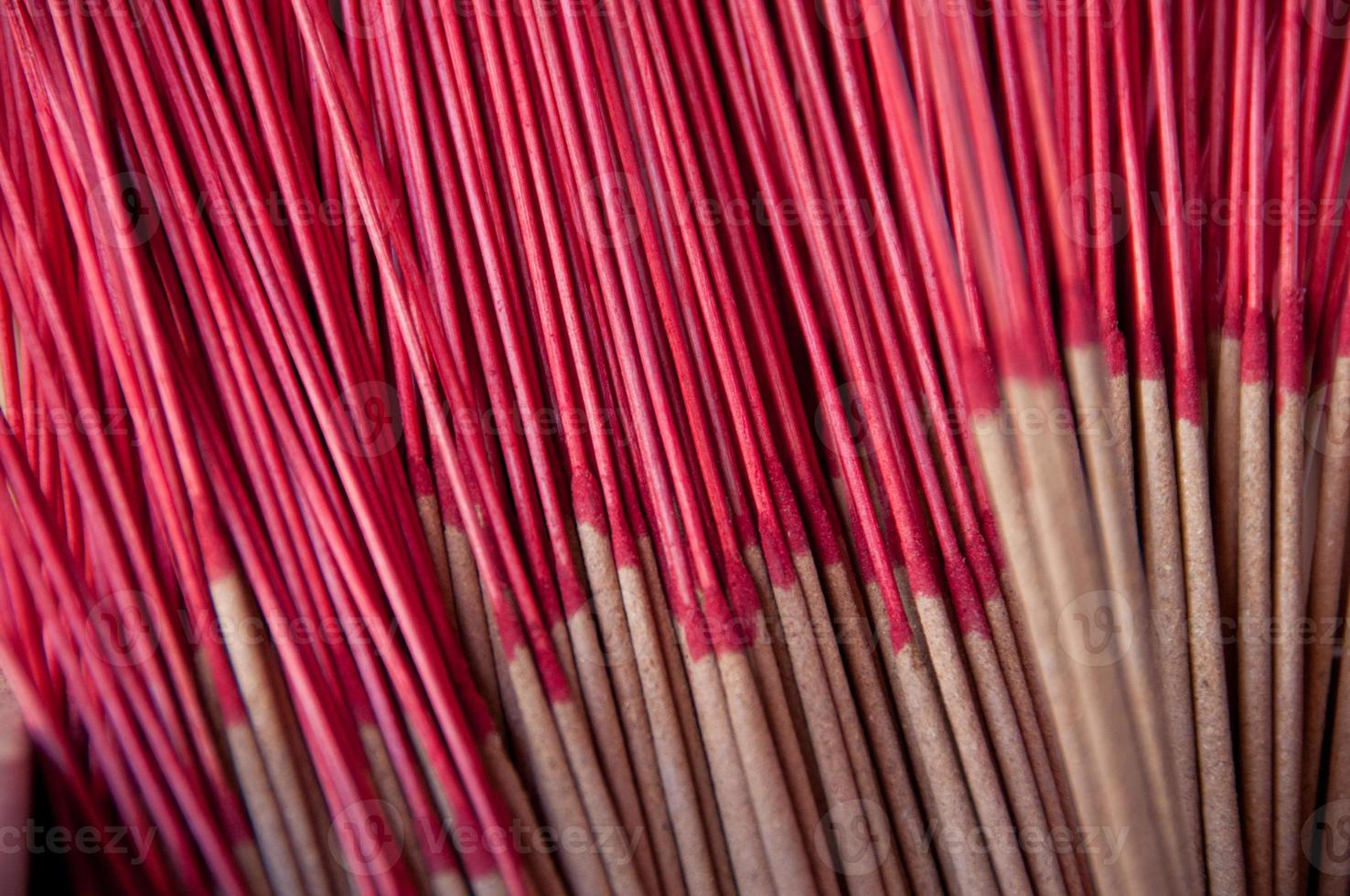 Stapel traditioneller aromatischer Räucherstäbchen im asiatischen Tempel foto