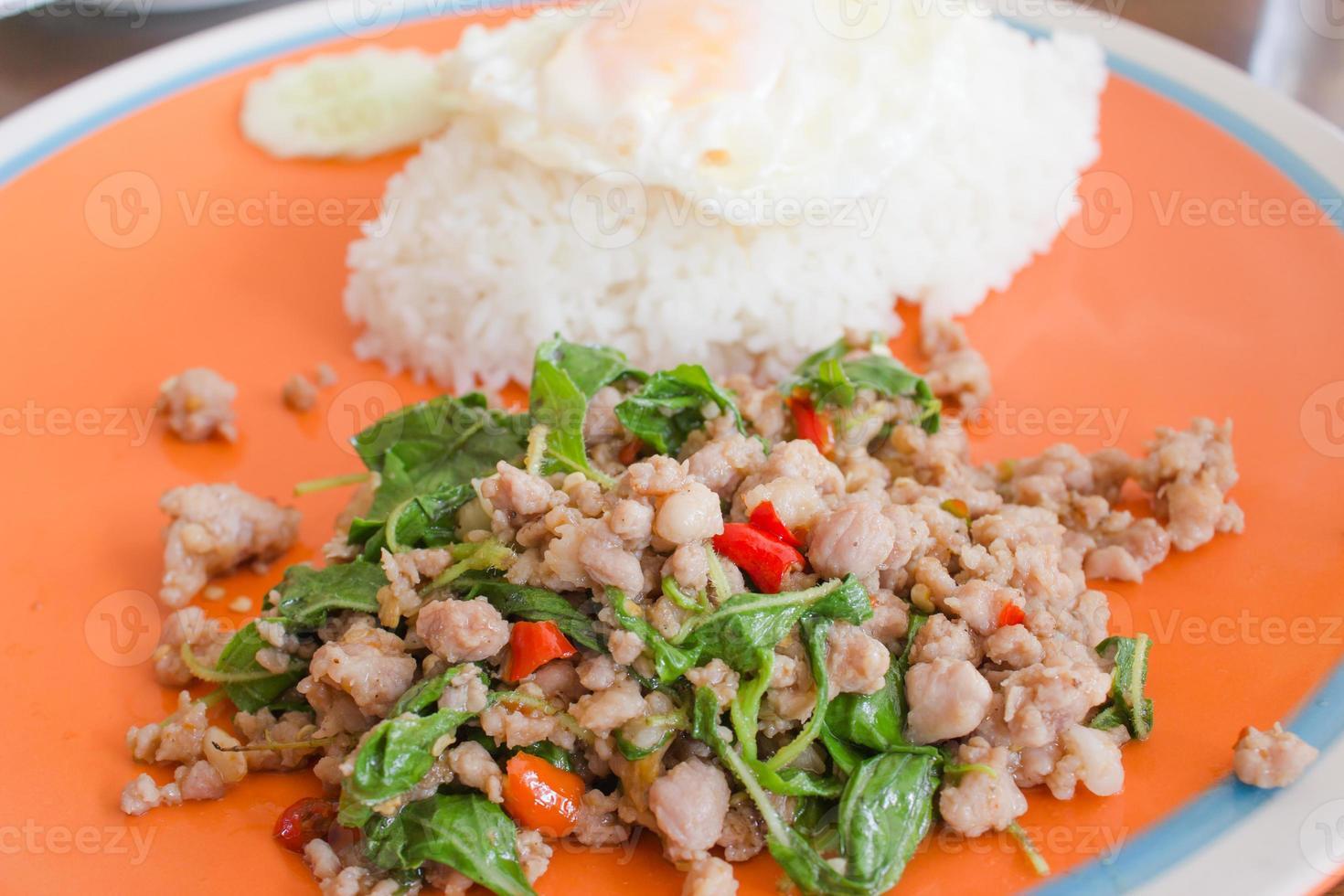Basilikum gebratenes Schweinefleisch mit Reis foto
