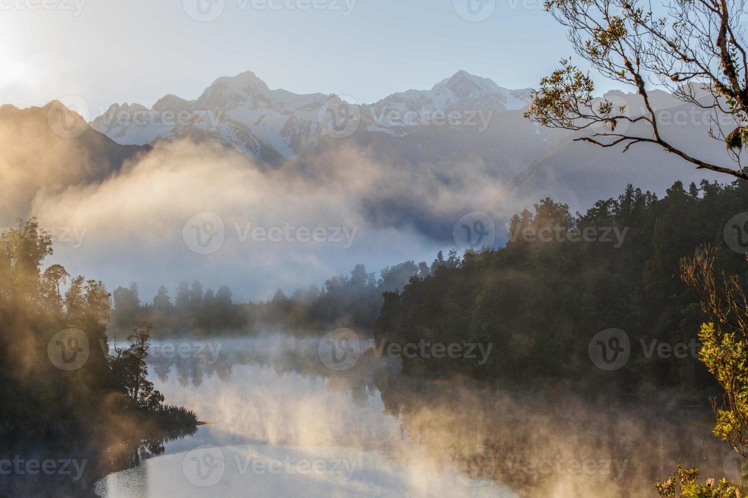 Blick auf die Südalpen vom Lake Matheson, Nebel am frühen Morgen foto