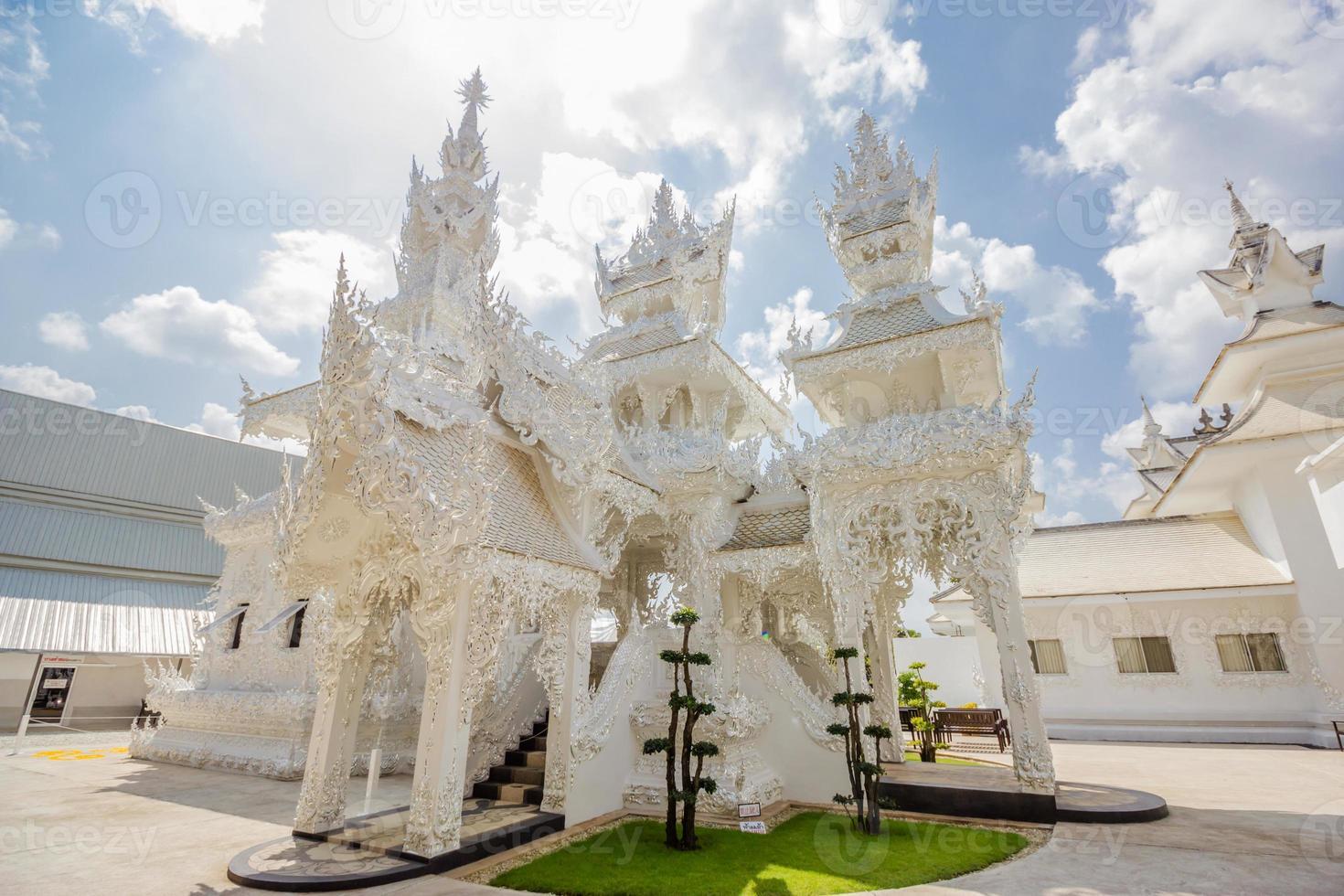 thailand tempel - wat rong khun von chiangrai thailand foto