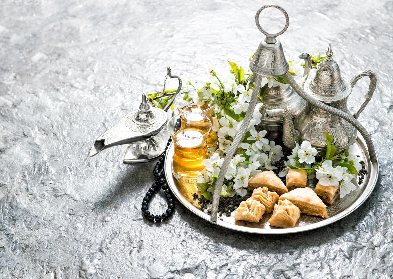 Teekanne und Gläser, Süßigkeiten. islamische Feiertage. hari raya aidilfitri foto