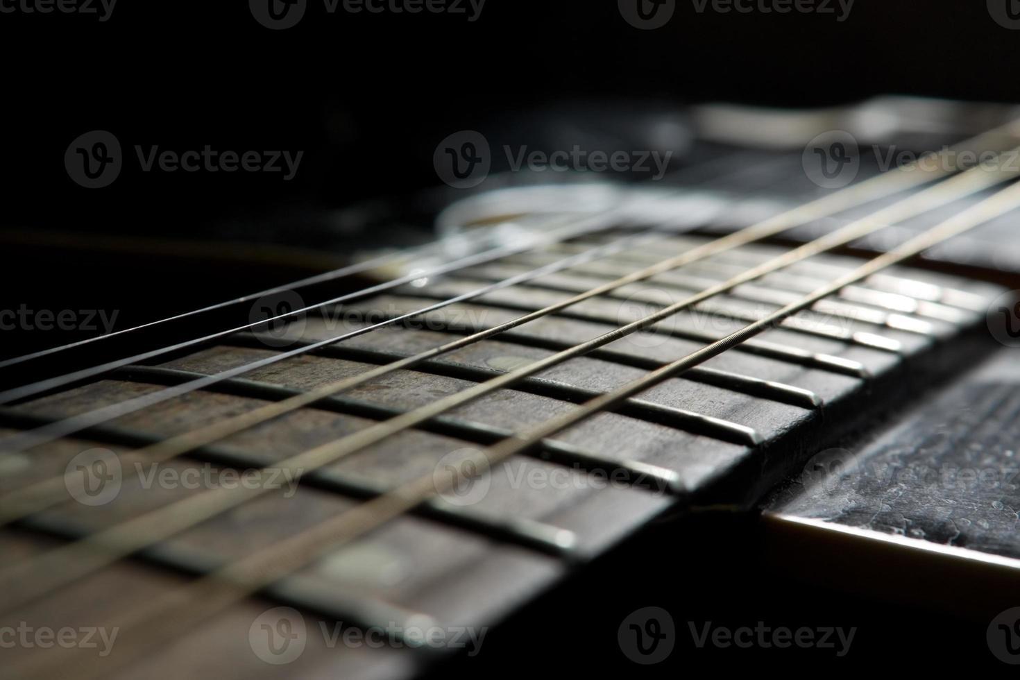 schwarze Akustikgitarre foto