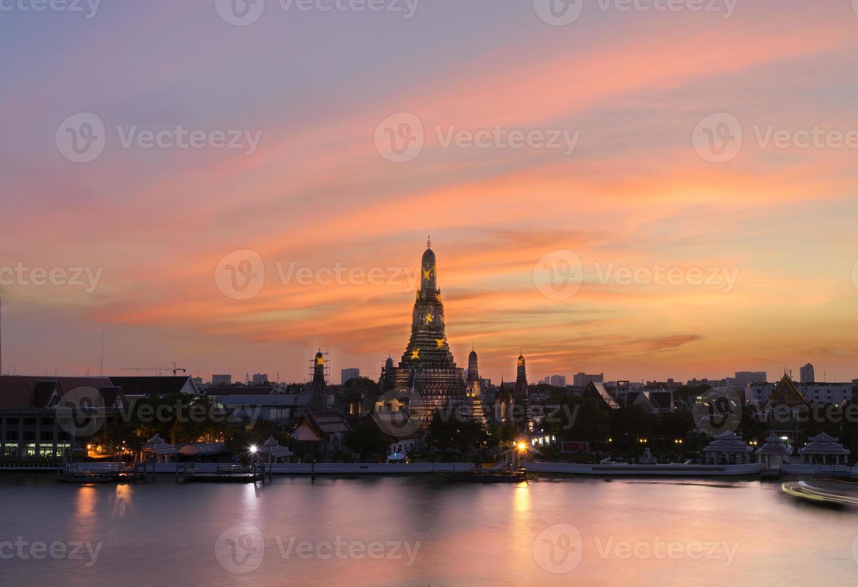Wat Arun Sonnenuntergang Lichtreflexionspool in Bangkok Thailand. foto