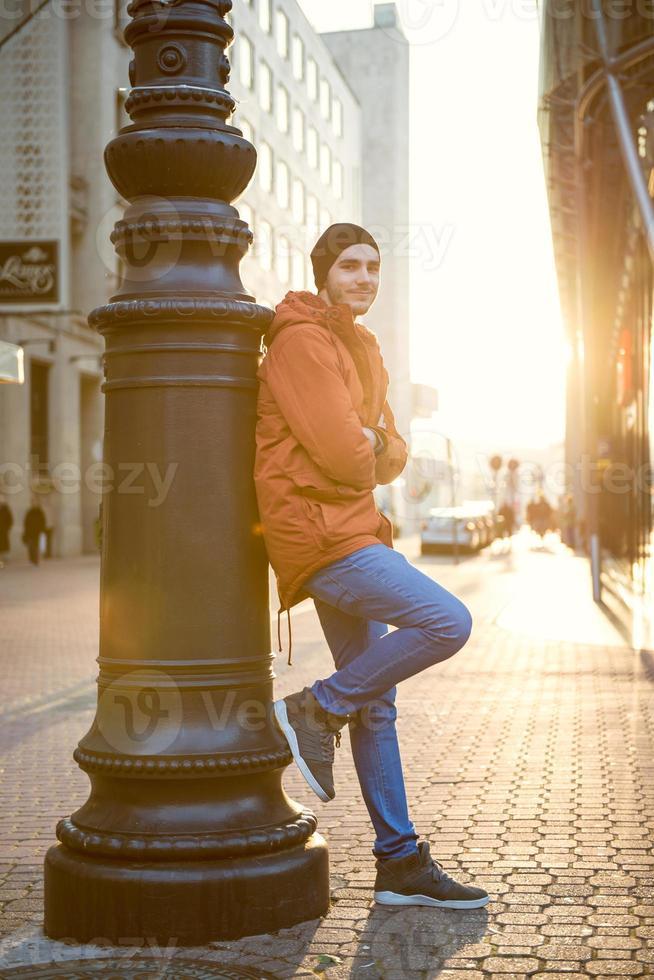junger Mann in der Stadt foto