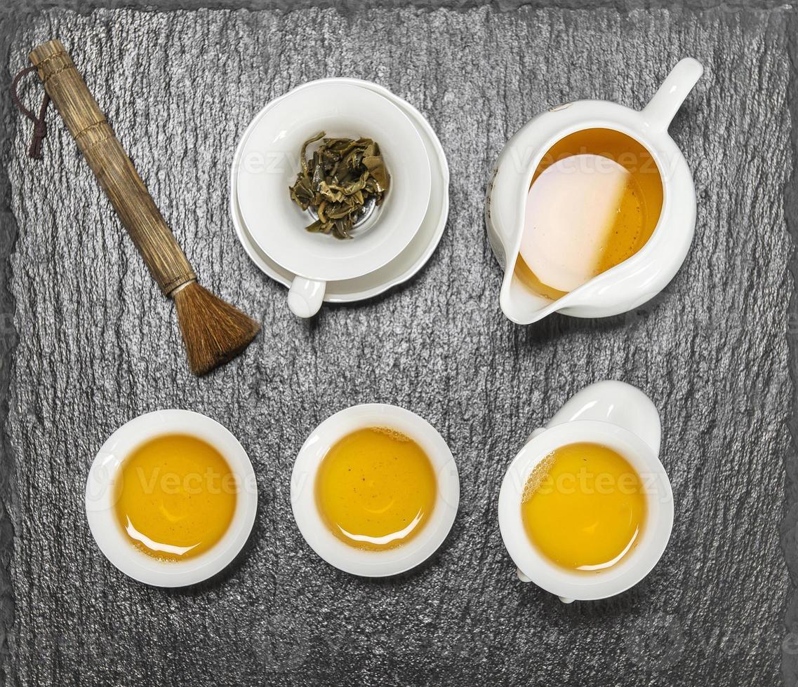 Teekanne und weiße Tassen. traditionelle chinesische Teezeremonie foto